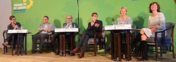 Endlich finden die Belange der Filmschaffenden auch eine Bühne. Ulrike Gote (links), medienpolitische Sprecherin der bayerischen Grünen, erhoffte sich Anregungen für die Politik. Neben ihr sitzen (von links nach rechts): Klaus Schaefer, Geschäftsführer des FFF Bayern; Uli Aselmann, Produzent und Vorstandsmitglied der Produzentenallianz; die Drehbuchautorin Natja Brunckhorst, die CRS-Beraterin Nicola Knoch und Bettina Ricklefs, Leiterin Spiel-Film-Serie beim BR. | Foto © Grüne Fraktion Bayern