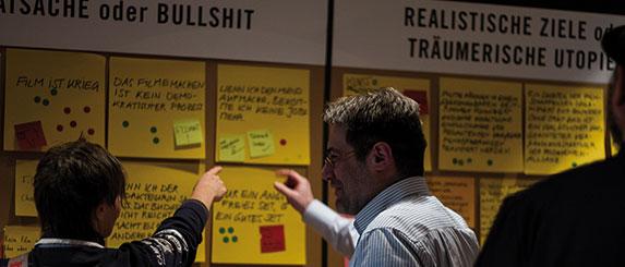 An der großen Wand von Crew United konnten sich die Kongressgäste ihre eigenen Gedanken machen. Am Ende war sie voll. | Foto © Tom Nestler