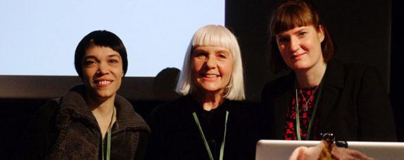 Drei Kamerafrauen, drei Generationen, drei Bereiche – und doch haben Caroline Rosenau, Ulla Barthold und Julia Schlingmann (von links) sehr ähnliche Erfahrungen gemacht. Mit ihrem Seminar wollen sie mit Vorurteilen aufräumen und mehr Frauen für die Filmarbeit an der Kamera begeistern. | Foto ©?Alex Böhle