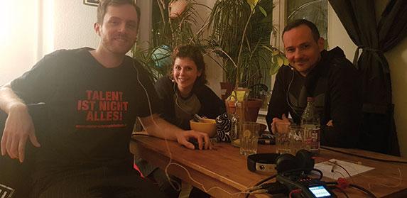 Seit zwei Jahren bringt der Podcast Indiefilmtalk Filmemacher zum lockeren Gespräch zusammen. In Folge 46 sprachen Regisseur Dominik Balkow, Schauspielerin Vivien Andree und Produzent und Schauspieler Andreas Berg über die Beziehung zwischen Regie und Schauspiel. | Foto © Yugen Yah